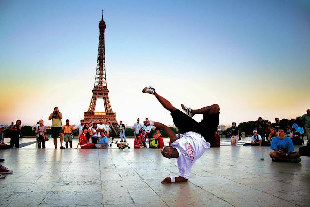 танцует напротив эфелевой башни