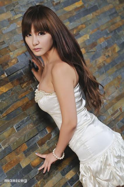 Ryu Ji Hye Lovely in Strapless bubble Mini Dress