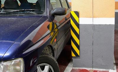 Protectores de garaje, columnas, vehículos.