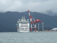 船籍バハマのクルーズ客船マリナー・オブ・ザ・シーズ号の後姿。