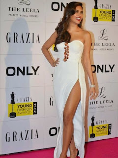 Esha Gupta soar temperatures in a thigh-high slit gown hot pics