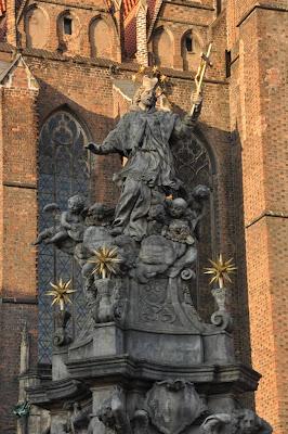 Pomnik sw Jana Nepomucena na tle Kosciola sw. Krzyza we Wrocławiu