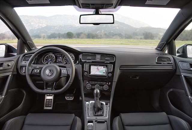 Interior view of 2015 Volkswagen Golf R
