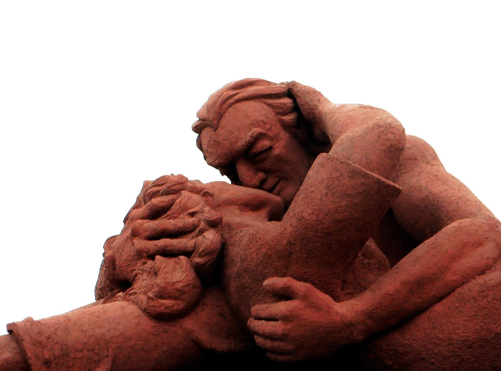 le+baiser+sculpture