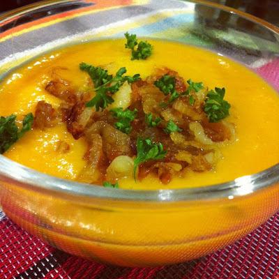 Crema de coco y zanahoria con cebolla y jengibre agridulce
