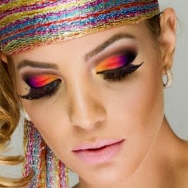 make olhos coloridos com cílios postiços Carnaval