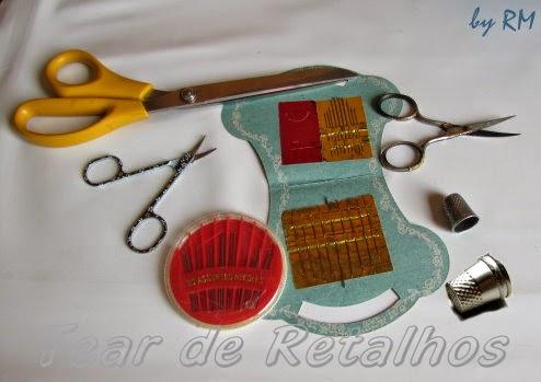 Tesouras de ponta fina, dedal e agulhas. Acessórios para o bordado manual.