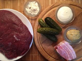 Rollitos de ternera rellenos de bacon y pepino fermentado con mostaza - ingredientes