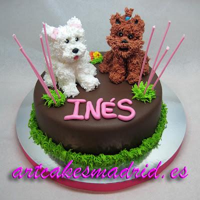 tarta de cumpleaños cubierta con fondant de cacao y decorada con perritos