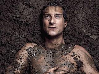 photo artistique de Bear Grylls dans la boue