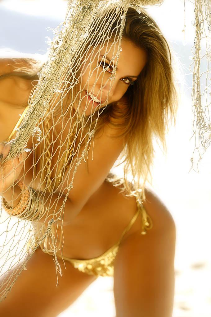 Lia Khey em ensaio sensual para o calendário Sirena 2013
