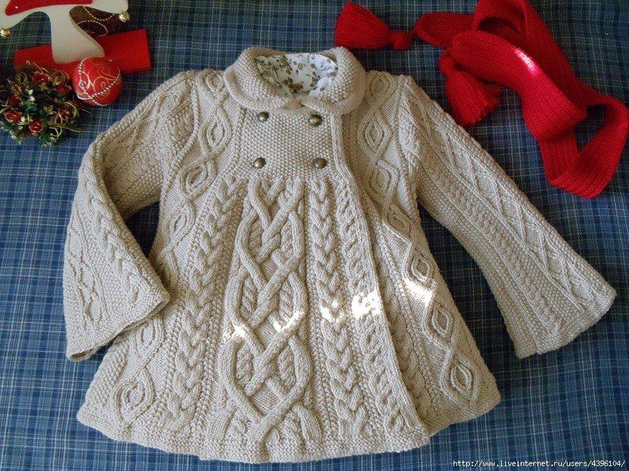 abrigo adulto gancho y dos agujas. abrigo gris trenzas candelabro