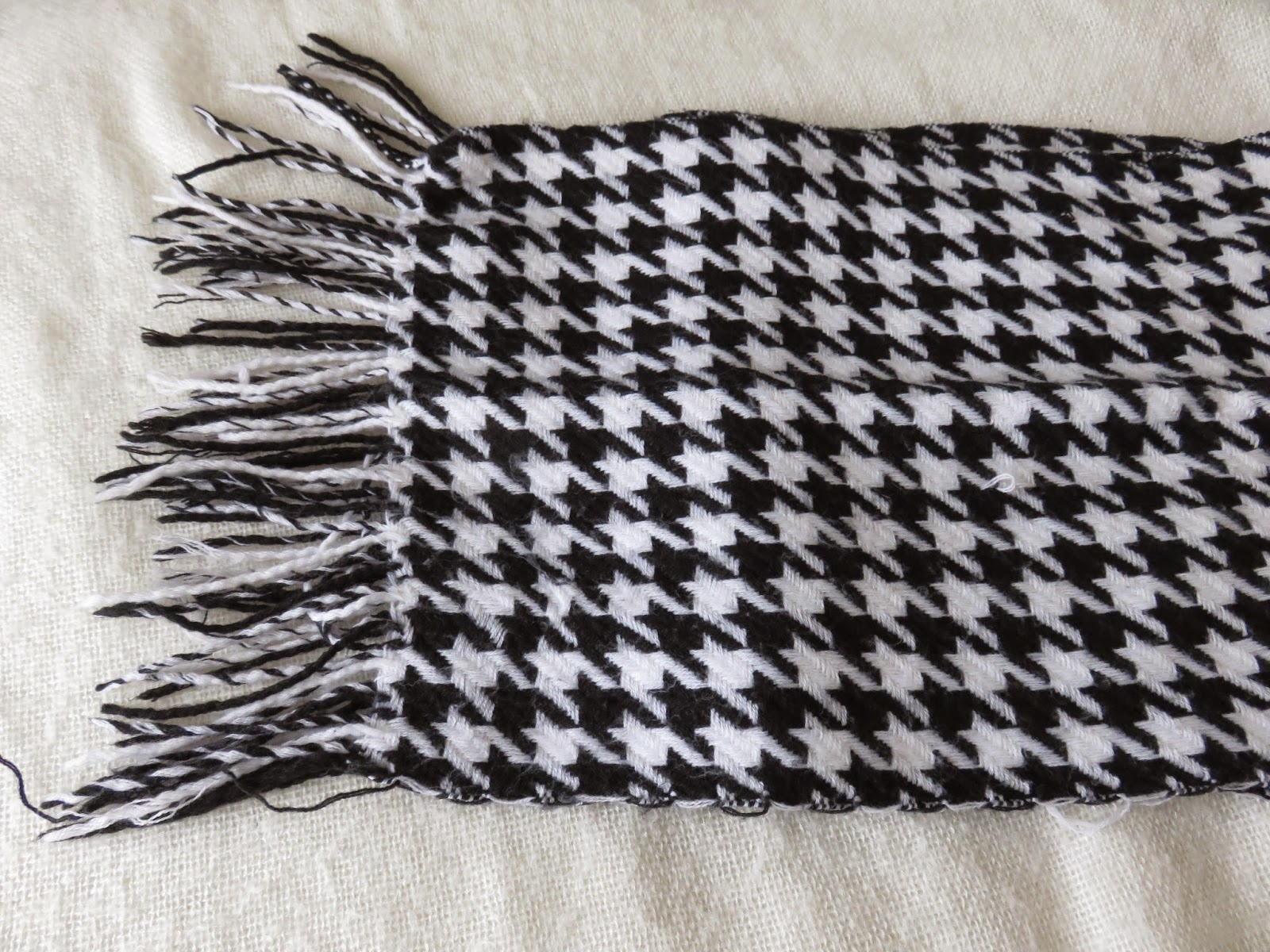 black and white pied de poule scarf for winter sjaal