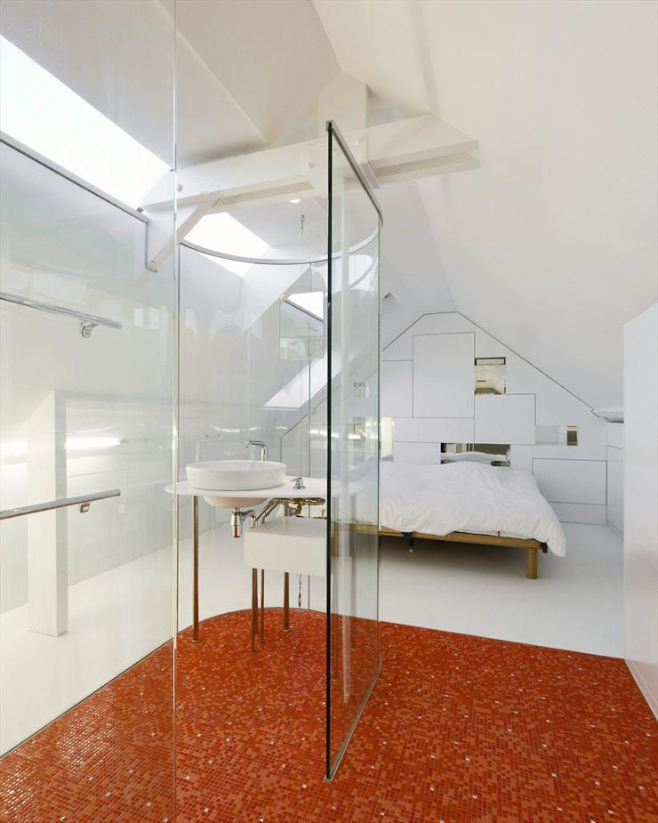 Incre ble ba o con paredes de cristal moderno y for Bano con piso de cristal
