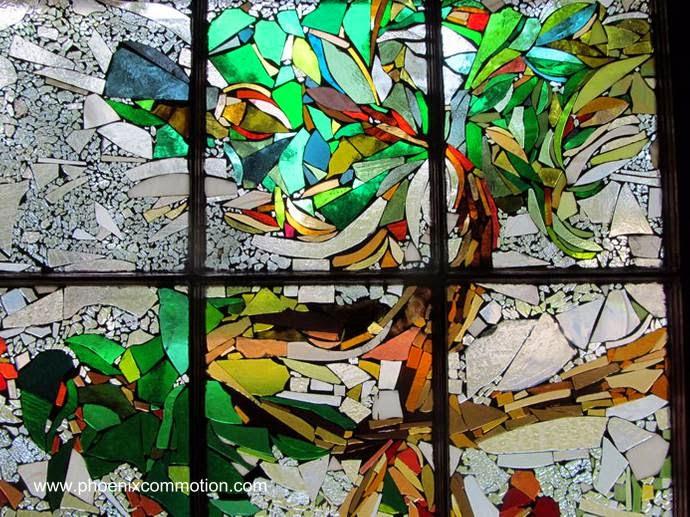 Vitral de ventana en una casa rescatada con materiales reutilizados en Estados Unidos