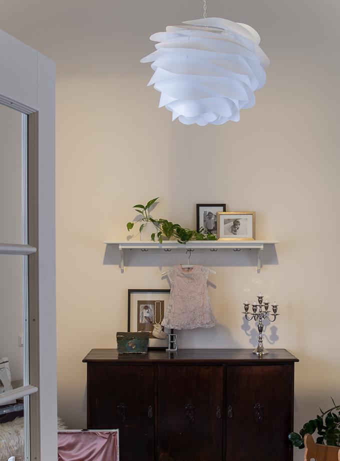 lastenhuone sisustus, hempeä lastenhuone, childrenroom, kidsroom inspiration, vanha senkki, perintösenkki