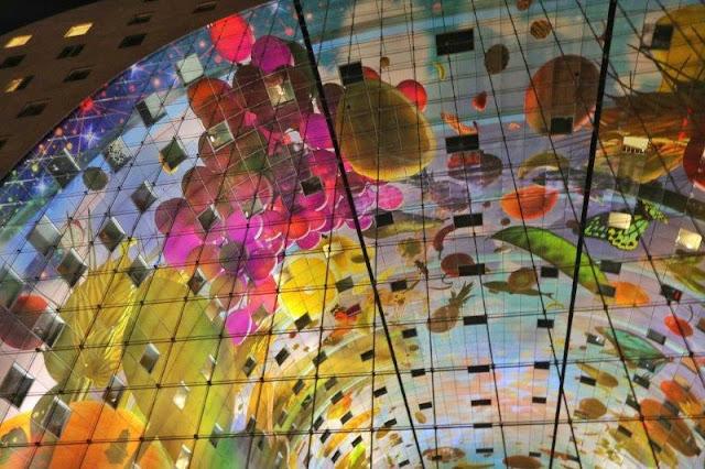 Techo Mural El cuerno de la abundancia en el Mercado Markthal en Rotterdam iluminado por la noche