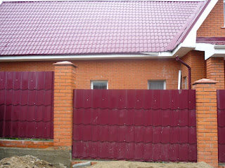 Забор из фигурного профлиста - металлочерепицы. Фото 4
