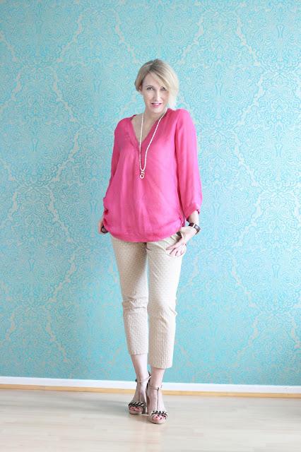 Beige mit pinker Bluse kombiniert