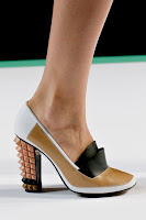Затворени обувки на висок ток с двоен език на Fendi