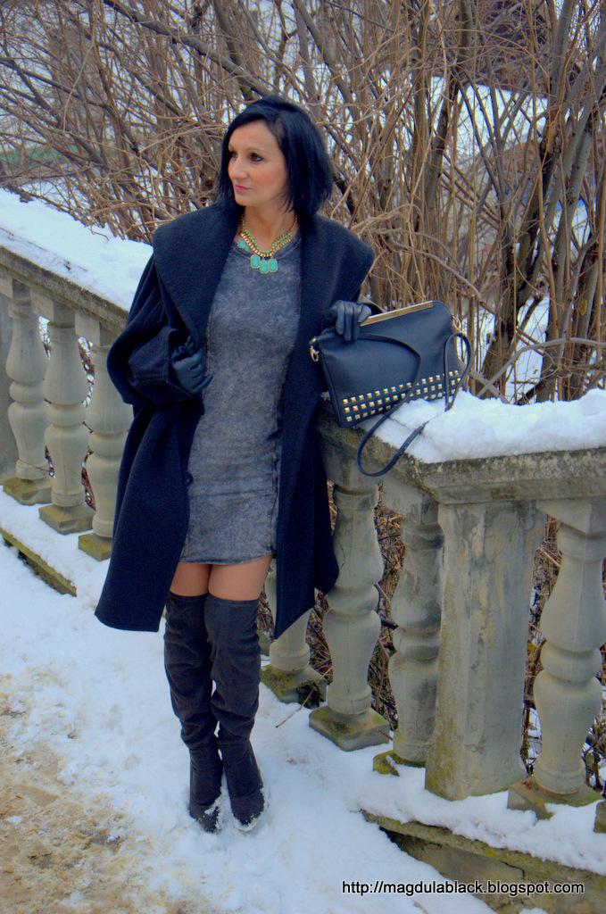 Kobiecy zestaw w sukience mini i kozakach za kolano