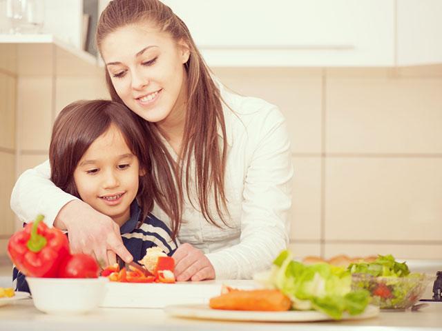 Os pais devem estimular o envolvimento dos filhos no preparo dos alimentos. Foto: ZouZou