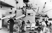 Marinos Alemanes limpiando la cubierta del crucero de batalla Gneisenau, . file