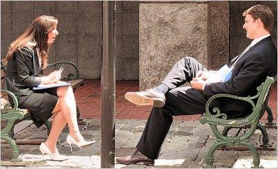 mulher inclinando na direção do homem linguagem corporal feminina sinais corporais do desejo feminino