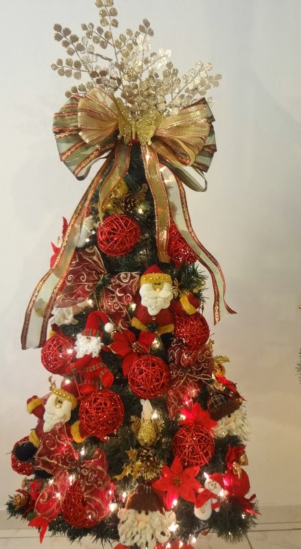 decoracao arvore de natal vermelha:Escada decorada com festão, laços e borboletas douradas e o Papai