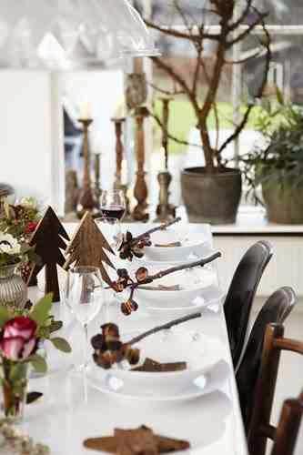 Dekoracja talerzy biesiadników wykonana z naturalnych materiałów