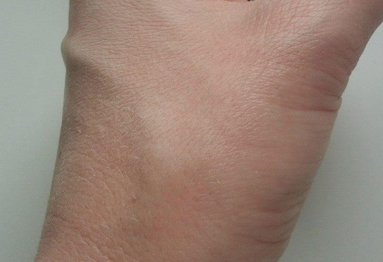 Aubrey-Organics-silken-earth-powder-on-my-hand