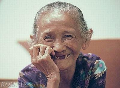 Janda kembang senyumnya manis