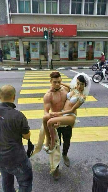 Model separuh bogel beraksi di tempat awam didenda RM400