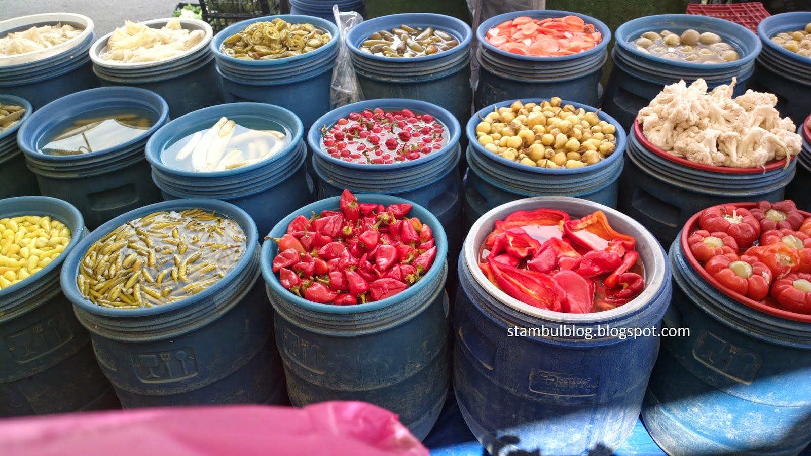 Разные соленья на стамбульском базаре
