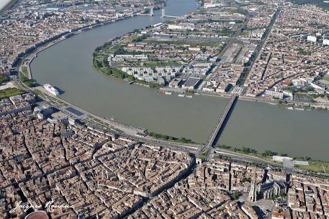 Les quais de Bordeaux avec à droite le pont de Pierre et en haut le pont Bacalan Bastide