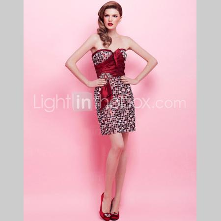 Къса коктейлна рокля с акцент бордо
