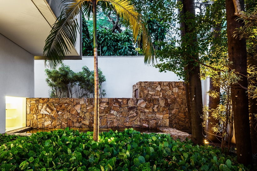 Garden in the backyard of Refreshing Brazilian Home by Reinach Mendonça Arquitetos Associados