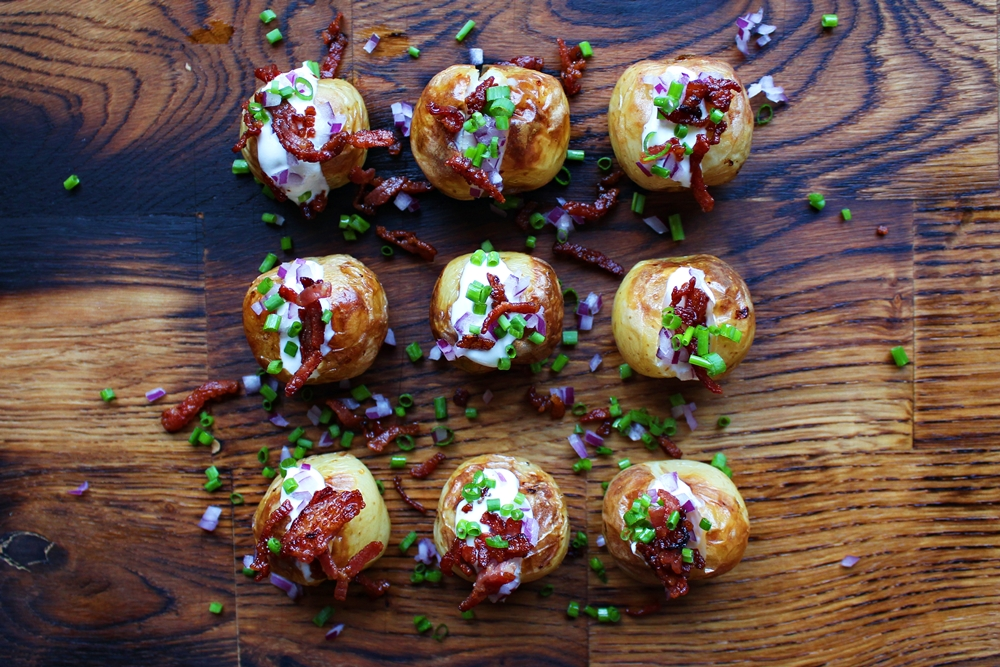 Delicious Tapas: Baked potatoes with sour cream, chives & bacon #164