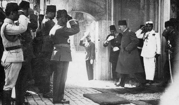 На фото: Султан Мехмед Вахидеддин покидает свою резиденцию