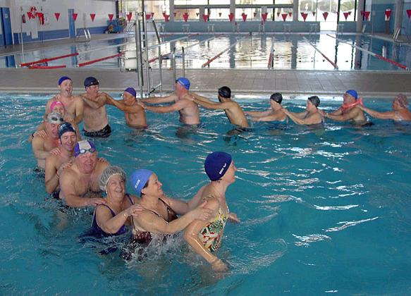 Actividad f sica para adultos mayores juegos en el agua for Alberca para 8 personas