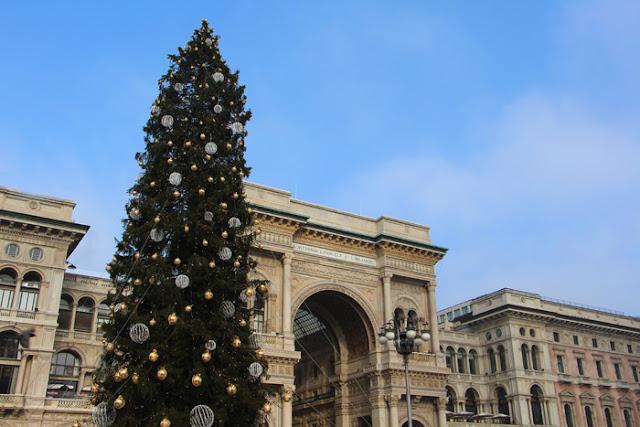 Galleria Vittorio Emanuele von außen - Weihnachtsbaum