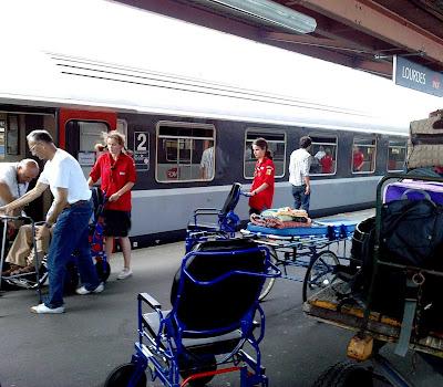 Há centenas de comboios especiais para levar doentes com casos complicados
