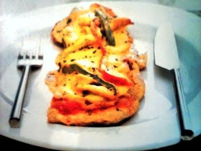 Porción de pizza en plato con cubiertos