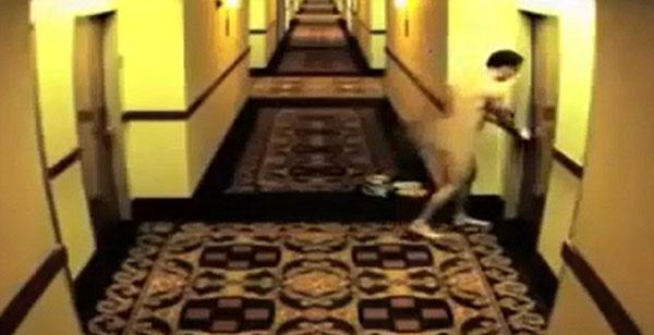 GELAGAT seorang lelaki berbogel yang terperangkap apabila pintu bilik hotelnya tertutup secara automatik.
