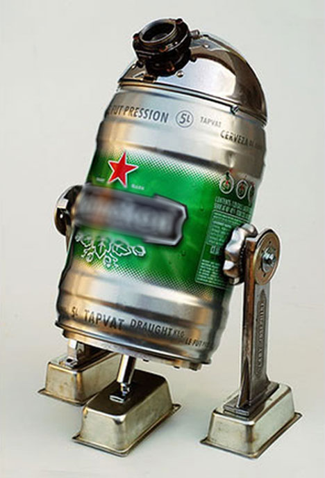 Robot R2D2 hecho con un bidón de cerveza.