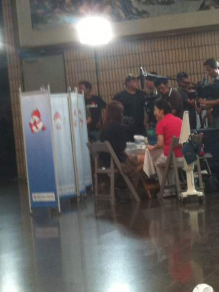 """SNSD participa no evento """" Suprise Blood Drive"""" Yoona+donating+blood"""