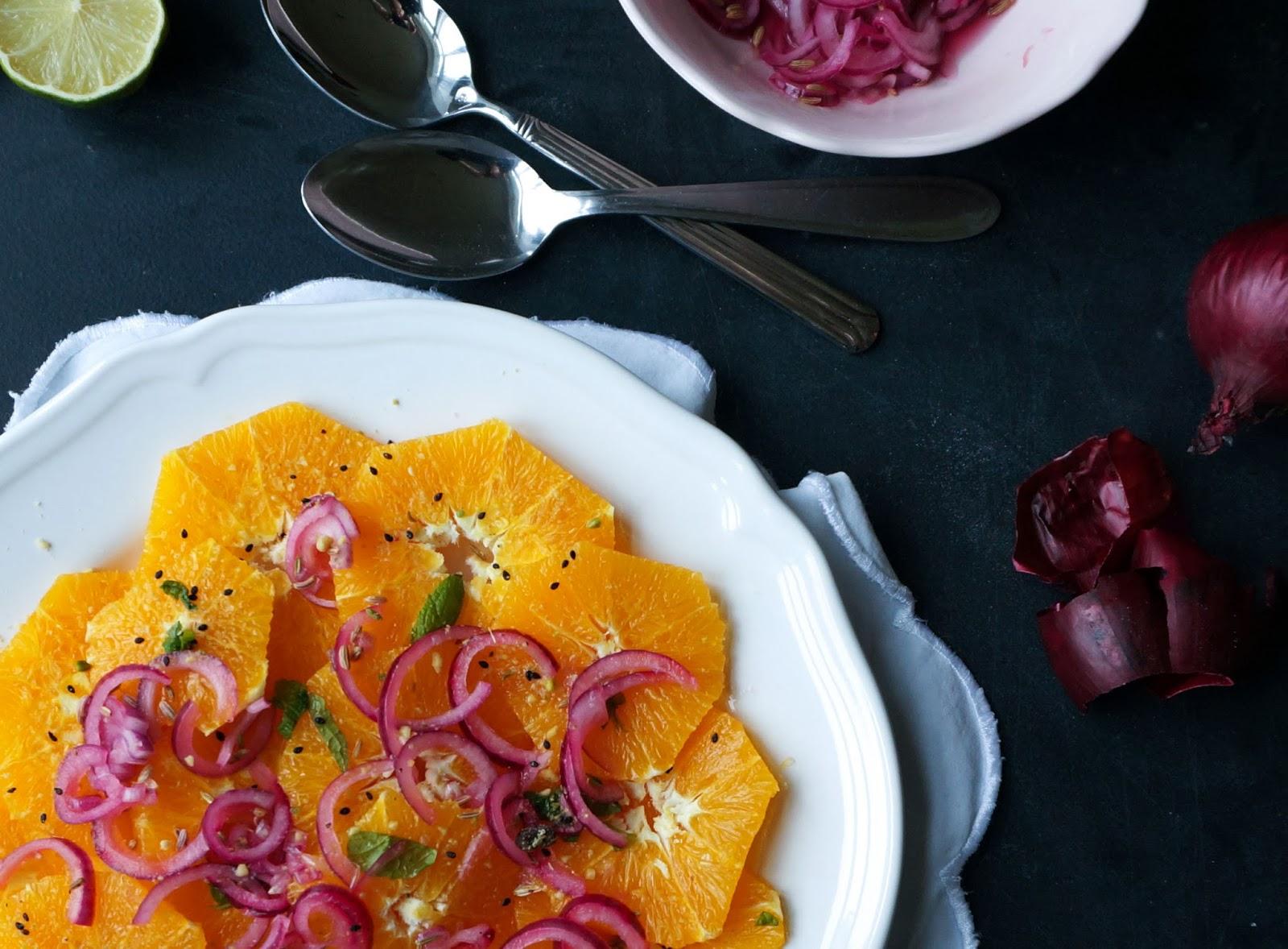 Appelsinsalat med marinerede rødløg og dukkah