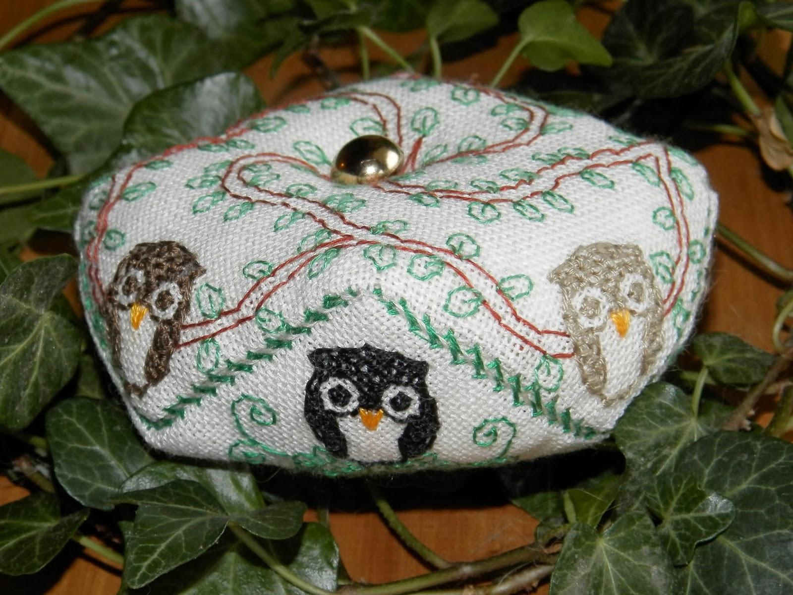 http://boutique-brodeuse-bressane.blogspot.fr/2013/10/biscornu-owl.html