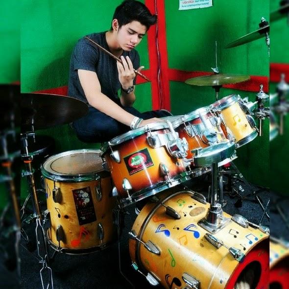 Foto Ganteng Aliando Syarief bermain drum