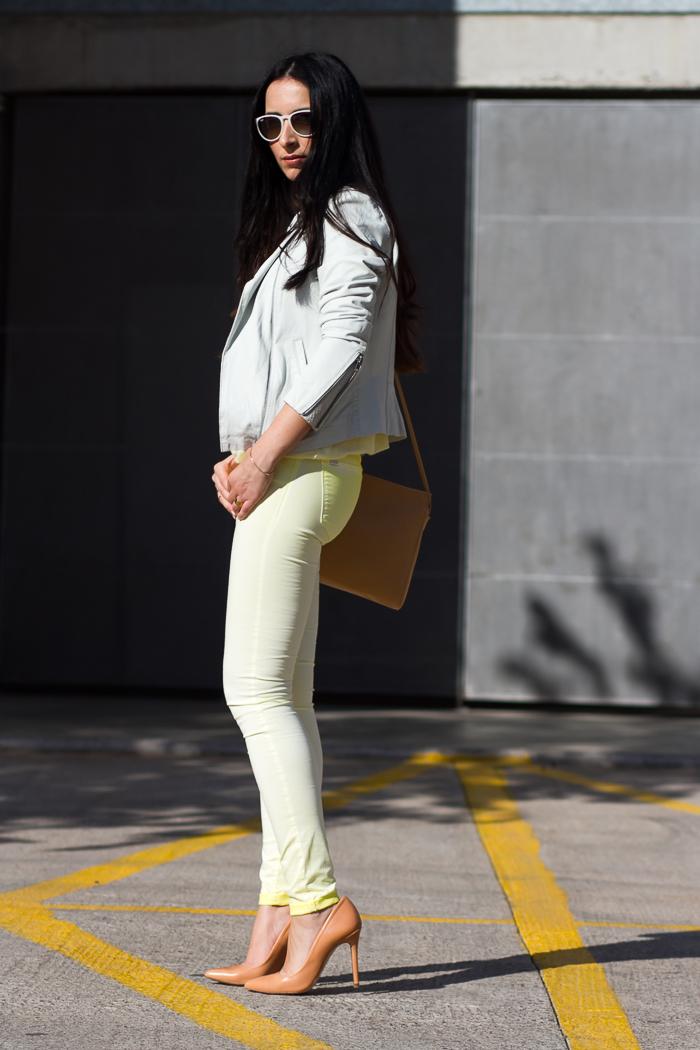 Blogger de moda española estilo femenino chic urbano